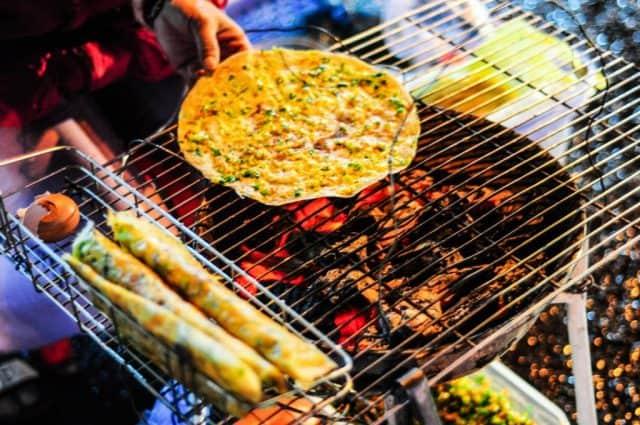 Bánh tráng nướng thơm giòn rụm tại chợ đêm Đà Lạt