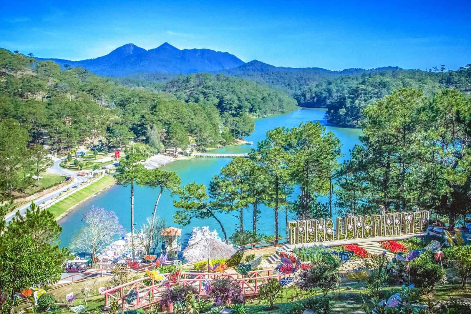 Hồ Đa Thiện nhìn từ đồi Vọng Cảnh
