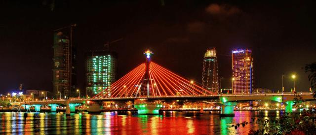 Du thuyền sông Hàn đưa khách du lịch ngắm những cây cầu