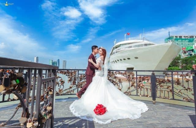 Chụp ảnh cưới ở cầu Tình Yêu Đà Nẵng