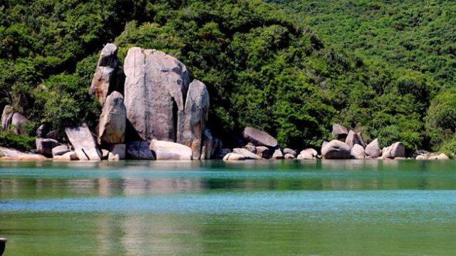 Vô vàn những mỏm đá độc đáo trên vịnh (Ảnh: ST)