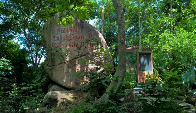Bia tưởng niệm Căn cứ Núi Dinh - Chùa Hang
