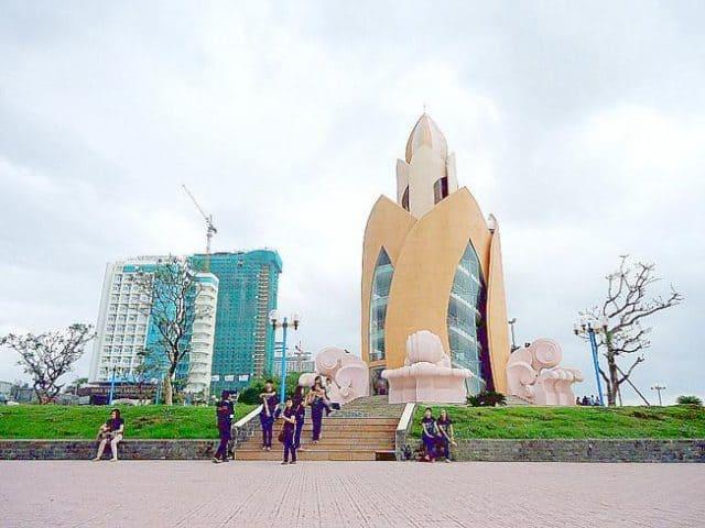 mọi người đến thăm tháp Trầm Hương