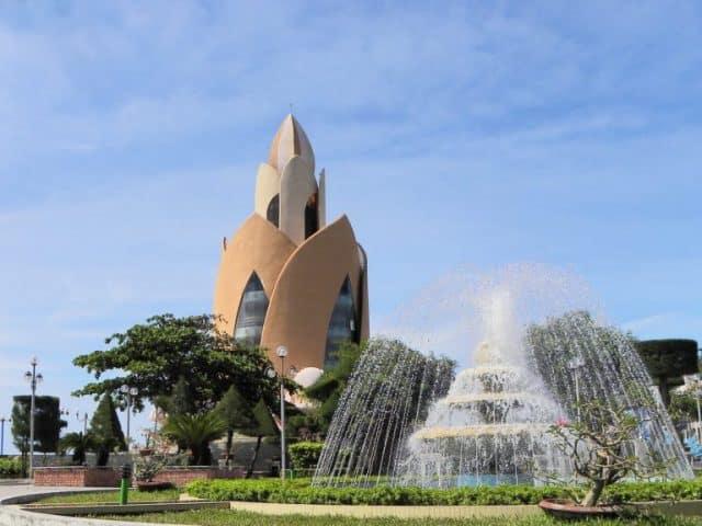đài phun nước và tháp Trầm Hương