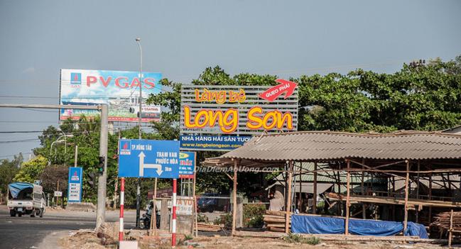 Đường rẽ vào làng Bè Long Sơn