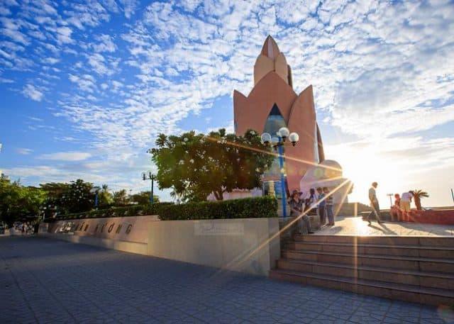 Hình ảnh tháp trầm hương Nha Trang là biểu tượng của thành phố biển