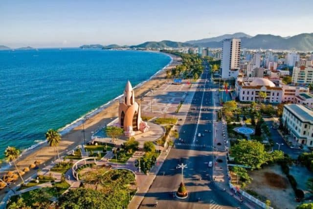hình ảnh tháp Trầm Hương cạnh biển Nha Trang