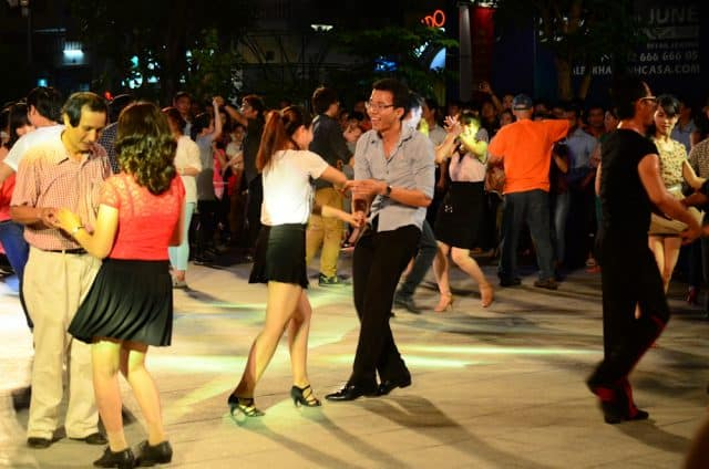 Khiêu vũ trên phố đi bộ Đà Nẵng