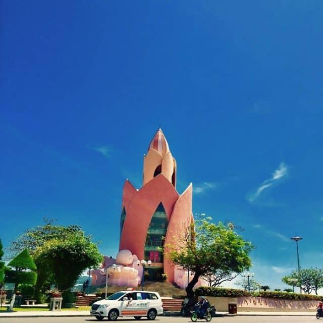 tháp Trầm Hương bên đường phố Nha Trang