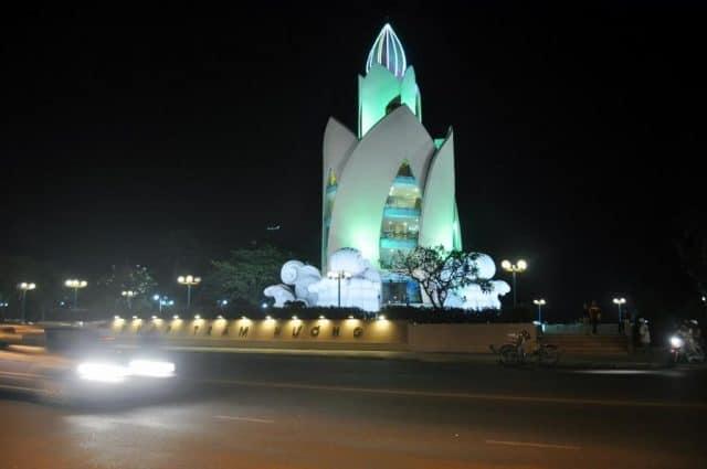 tháp Trầm Hương vắng vẻ về đêm