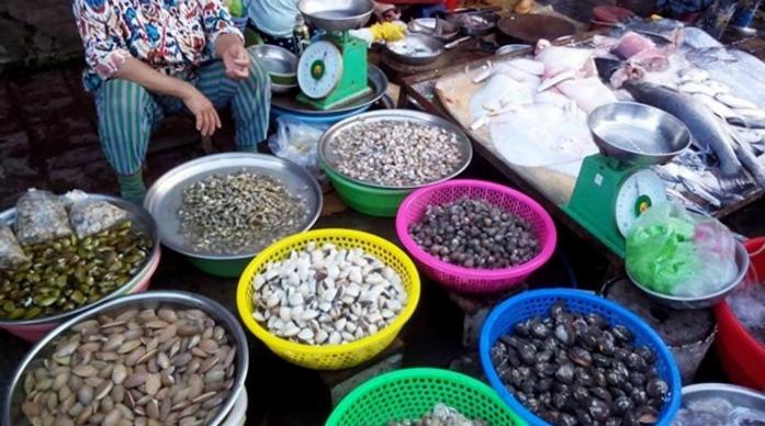 Hải sản phong phú tại chợ Xóm Lưới