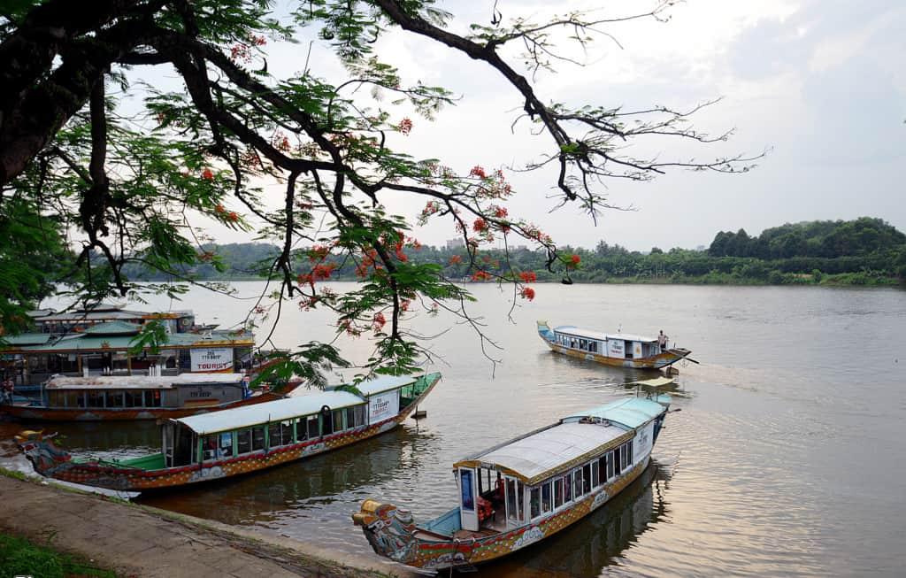 Chùa Thiên Mụ nằm gần ngay con sông Hương thơ mộng