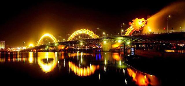 Cầu Rồng Đà Nẵng phun nước lúc 21h00 tối cuối tuần