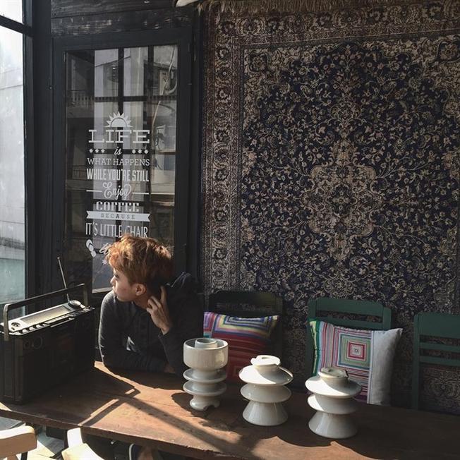 Quán cafe nhỏ đẹp Chiếc đài xưa cũ ở Little Chair Coffee TP.HCM (ảnh sưu tầm)