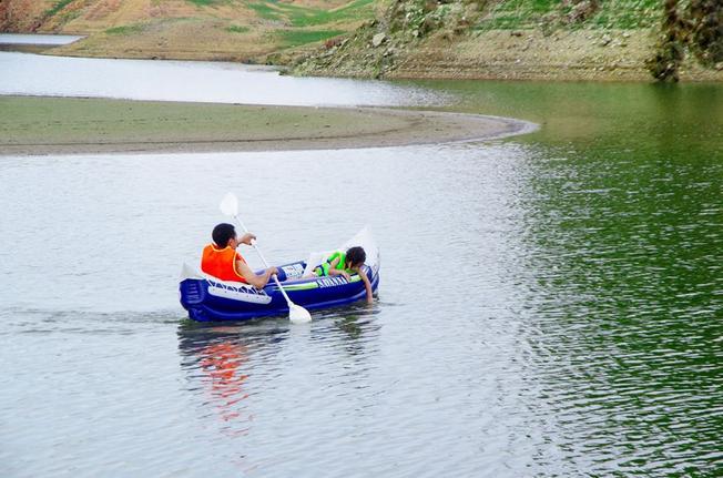 Hoạt động chèo thuyền Kayak trên hồ