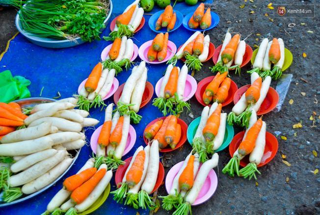 Đĩa cà rốt và củ cải trắng được cân bán đồng giá