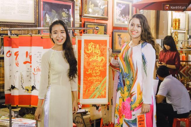 Cô gái Tây cũng khoe sắc với áo dài Việt.