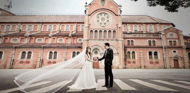 Nhiều cặp đôi lựa chọn chụp ngoại cảnh nhà thờ Đức Bà (ảnh sưu tầm)