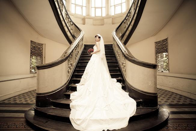 Cô dâu chọn váy dài chụp ảnh ở cầu thang bảo tàng (ảnh sưu tầm)