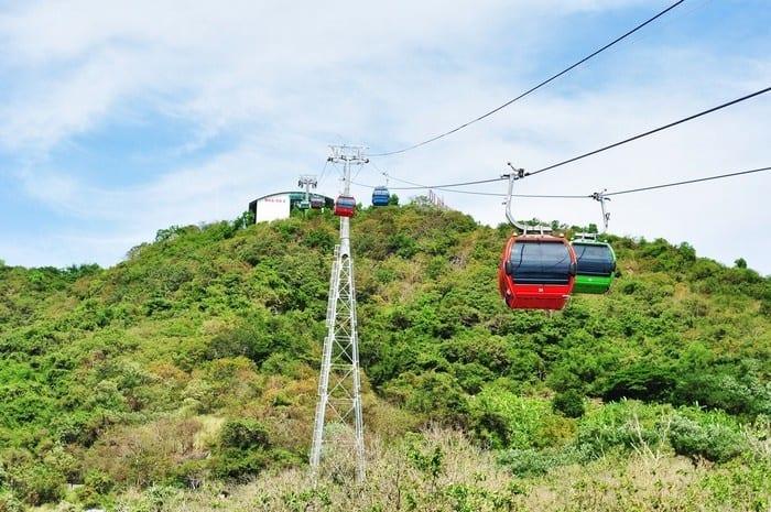 Đường lên khu du lịch bằng cáp treo để bạn có thể ngắm toàn cảnh Vũng Tàu từ trên cao.