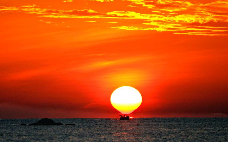 Mặt trời nhô lên trên mặt biển Nha Trang trong chuyến du lịch bụi ở Nha Trang