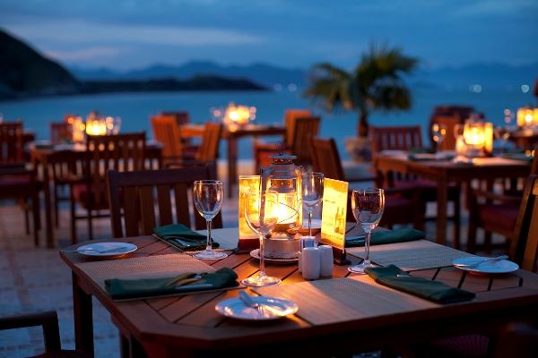 Bàn ăn lãng mạn tại hệ thống nhà hàng của resort Vinpearl Nha Trang (Ảnh: ST).