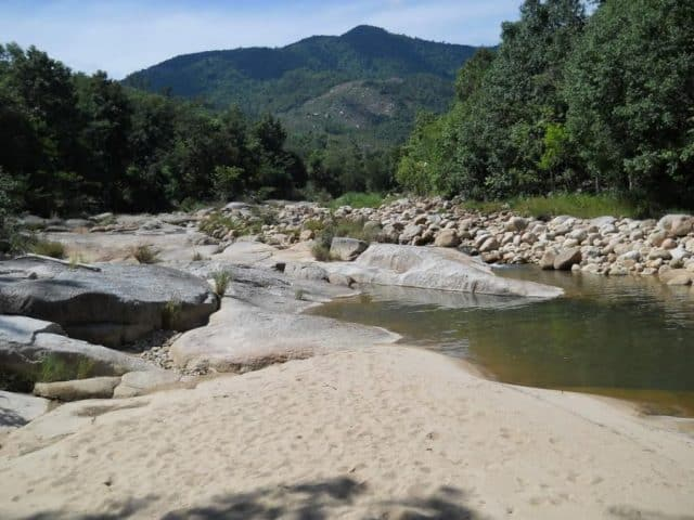không gian Hòn Bà Nha Trang với núi rừng