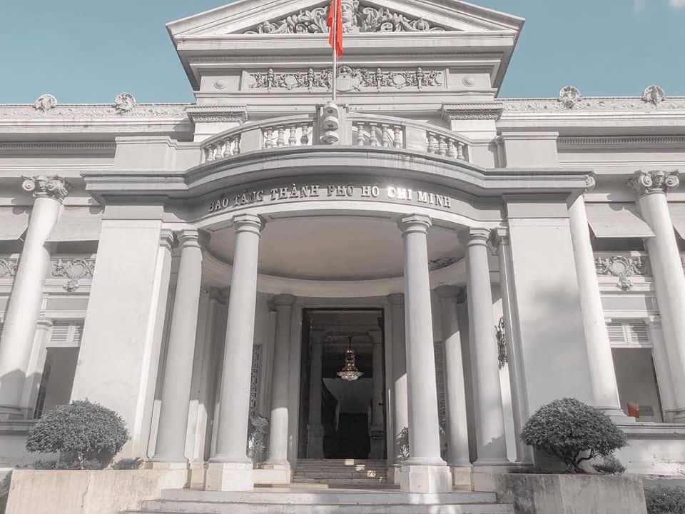 Bên ngoài của bảo tàng được sử dụng tông màu trắng nhã nhặn kết hợp cùng kiến trúc cổ kính. Ảnh: Hồng Như