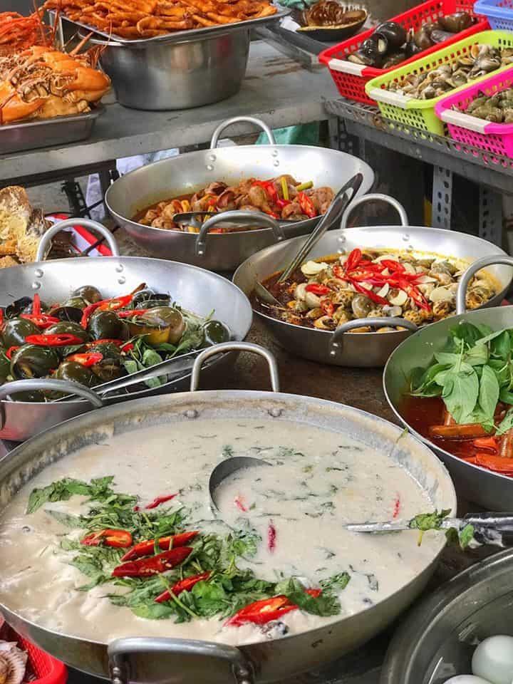 Chợ hải sản Hàng Dương với nhiều món ăn hấp dẫn. Ảnh: Howard Lê