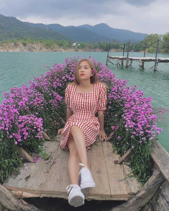 Thuyền đầy hoa thạch thảo vô cùng lãng mạn tại hồ đá xanh. Ảnh: @phuongthaoo171