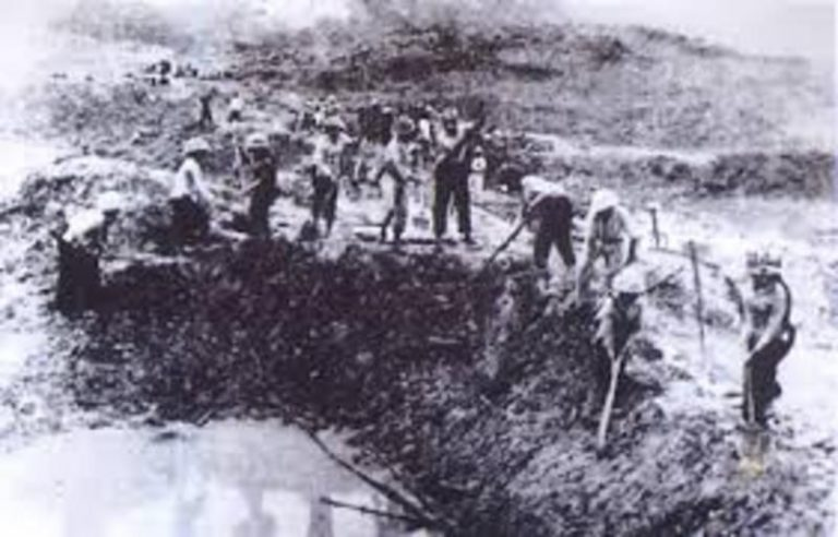 Hình ảnh 10 cô gái Ngã Ba Đồng Lộc lấp hố bom