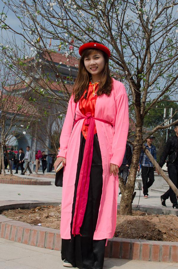 Thiếu nữ ở hội Lim