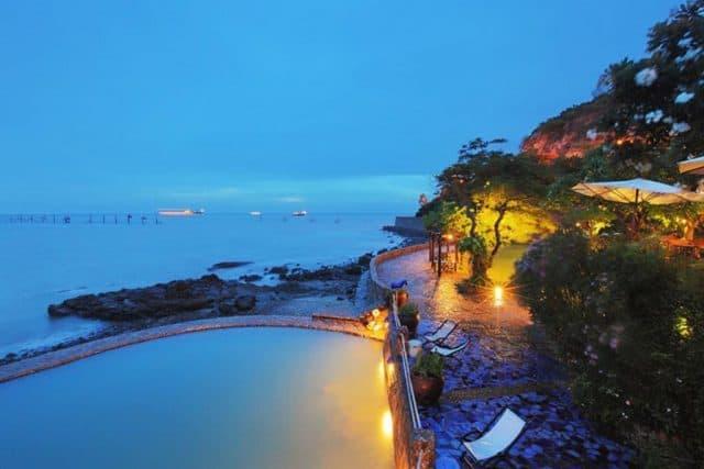 Hồ bơi tràn mặt biển (ảnh ST)