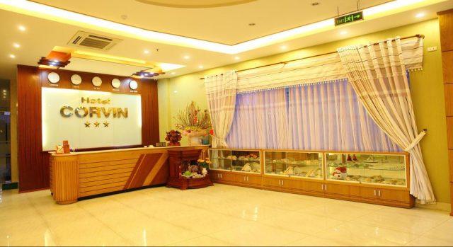 Quầy lễ tân của khách sạn Corvin được thiết kế rất sang trọng (ảnh ST)