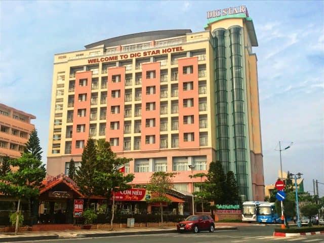 Toàn nhà khách sạn nằm cao sừng sững trên khu phố (ảnh ST)