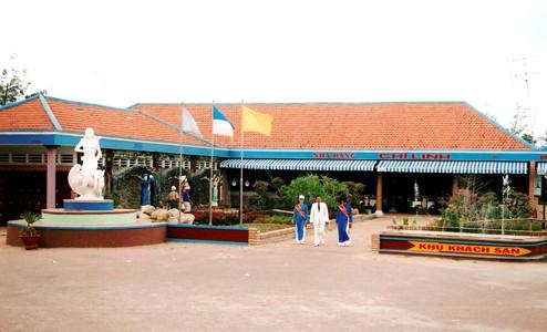 Một góc khuôn viên của làng du lịch (ảnh ST)