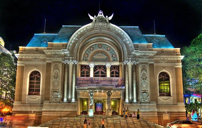 Nhà hát lớn về đêm lung linh và lộng lẫy