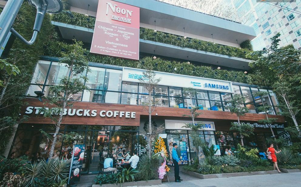Bên ngoài Saigon Graden được bao phủ một màu xanh mát mẻ.