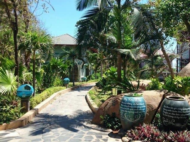 Khung cảnh xanh mát bên trong resort (ảnh ST)