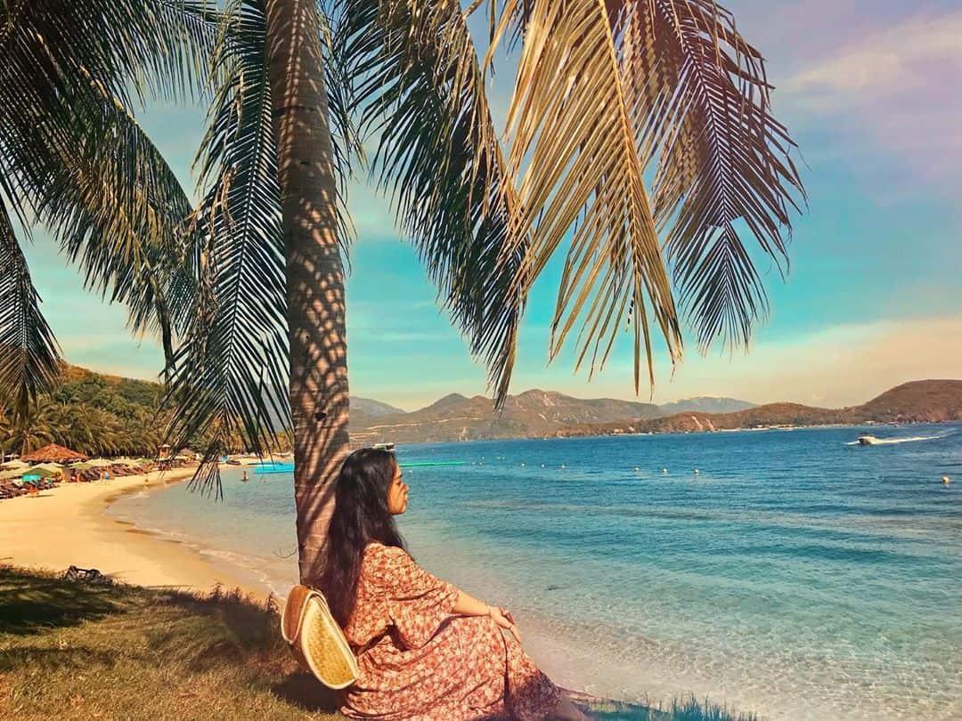 Những hàng dừa cao che bóng mát để bạn tha hồ ngắm biển xanh thơ mộng. Ảnh: @nguyenhuong1795
