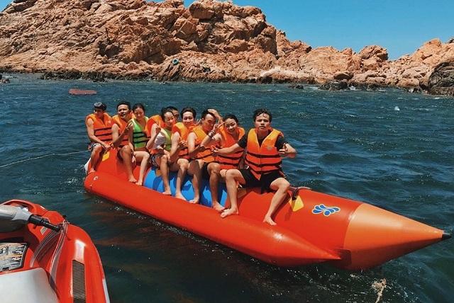 Du khách thỏa sức vui chơi trên biển