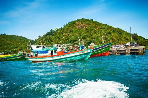 Những chiếc thuyền trên biển Hòn Lớn Nam Du