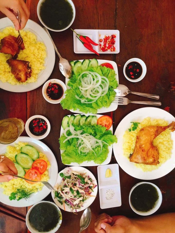 bữa ăn cơm gà trống quán cơm ngon ở Quy Nhơn