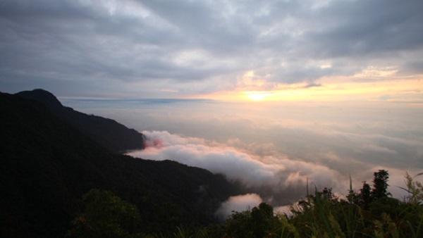 ngắm núi Thạch Bàn khi leo núi Tam Đảo