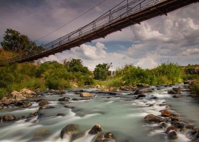 Cầu treo chênh vênh bắc ngang sông tại thác Dray Nur