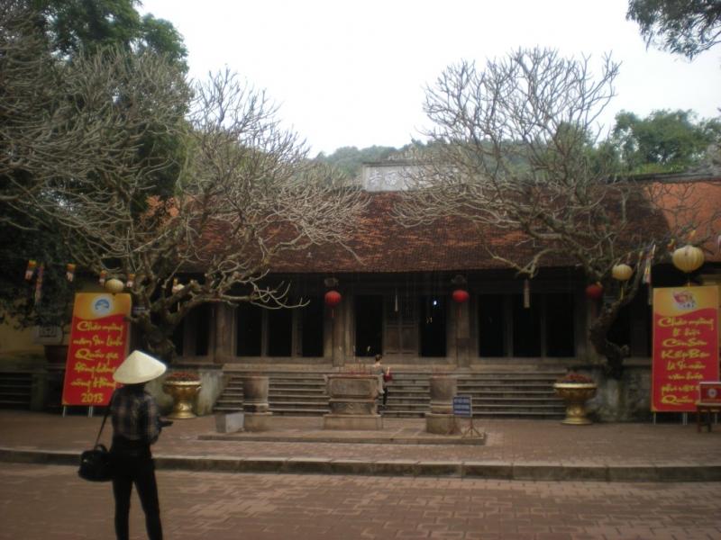 quang cảnh trước chùa Côn Sơn