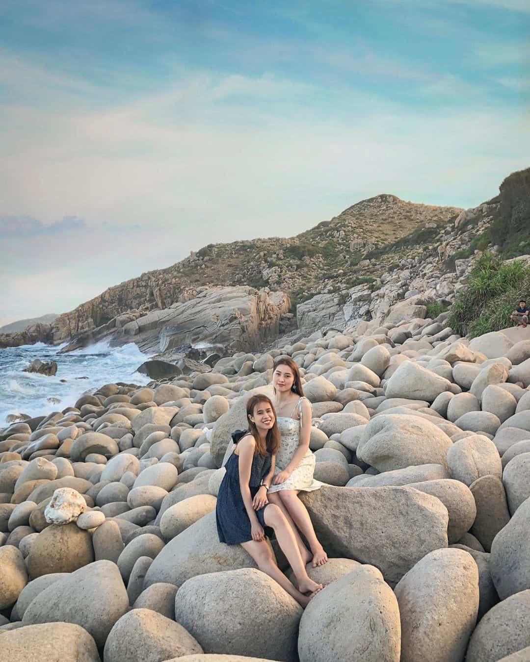 Bãi đá tuyệt đẹp nằm ngay cạnh biển. Ảnh: @binhsoo