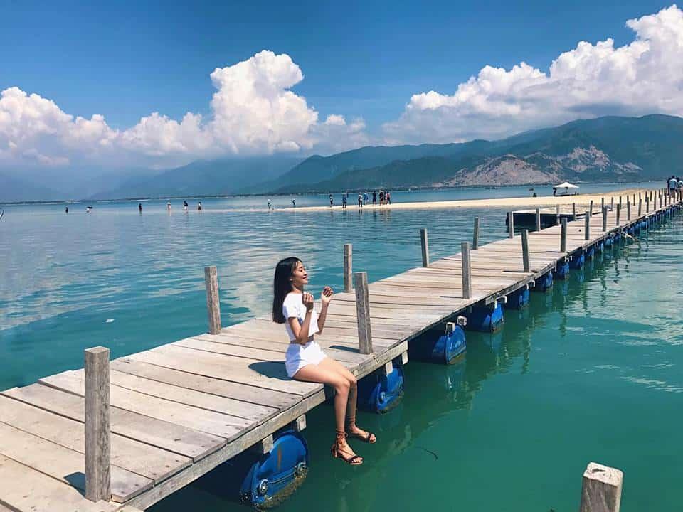 Cây cầu gỗ bắc ra giữa biển xanh tuyệt đẹp. Ảnh: ST