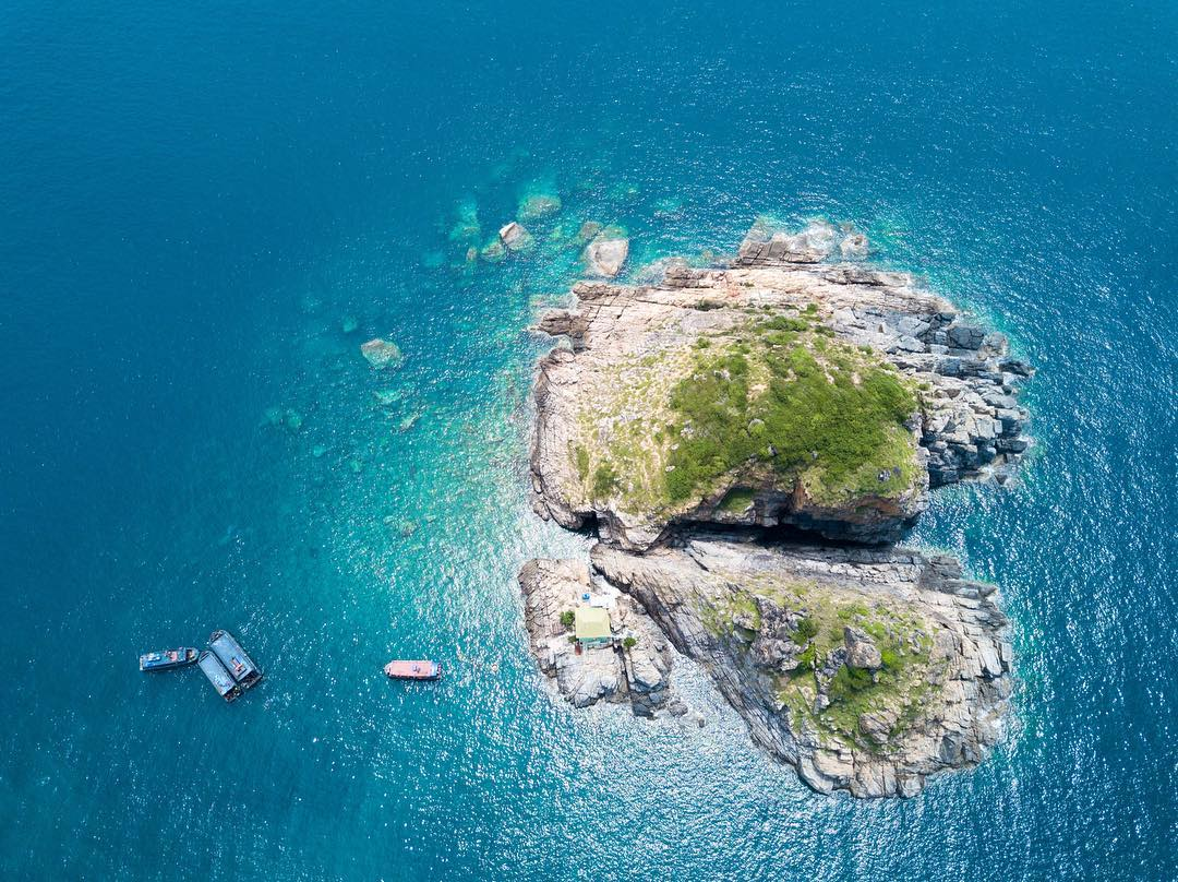 Đảo Hòn Mun nhìn từ trên cao vô cùng xinh đẹp. Ảnh: ST