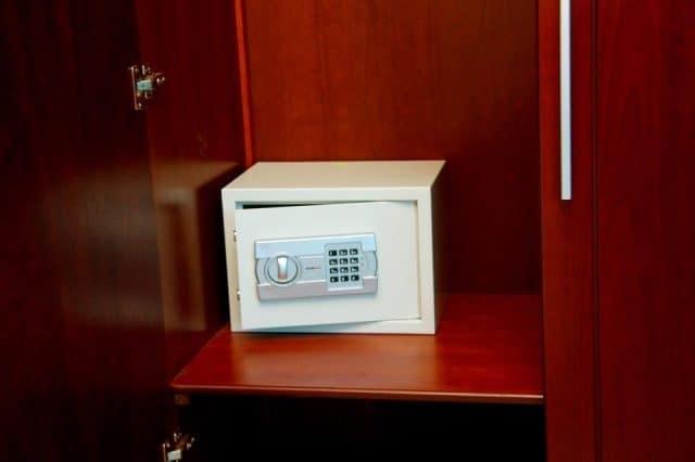 Khách sạn còn tinh tế trang bị két sắt ở các phòng (ảnh ST)